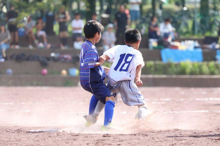 サッカーをしている小学生男児