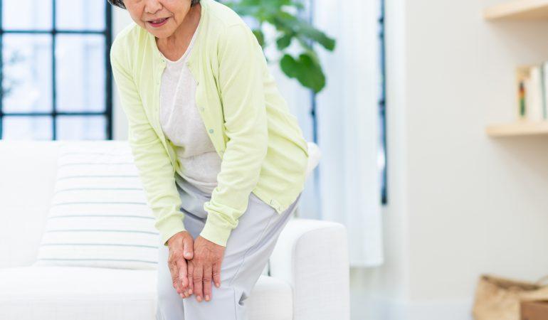 膝をおさえている女性